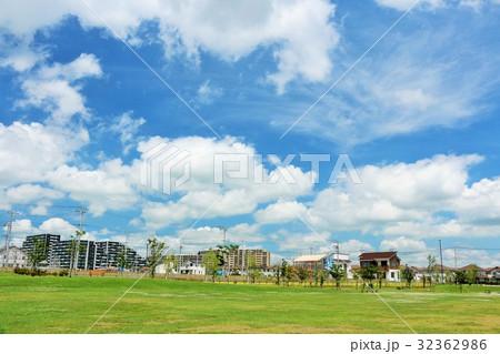 青空の街と公園風景 32362986
