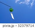 見上げる風鈴ひとつ 夏空の下 緑 b 32379714