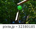見上げる風鈴ひとつ 茂る樹木の下 緑 b 32380185