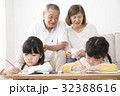 勉強する姉妹をみる祖父母 32388616