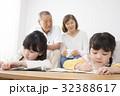 勉強する姉妹をみる祖父母 32388617