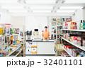 コンビニ 店員 女性の写真 32401101