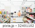 コンビニ 店員 女性の写真 32401102