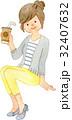 テイクアウトドリンクを飲む女性 32407632