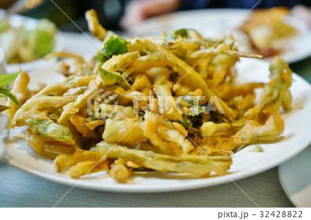 タイ料理:ヤムパックブントードクロップ(揚げ空芯菜のスパイシーサラダ) 32428822
