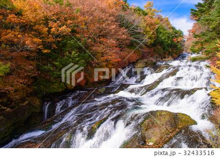 中禅寺湖に流れ込む竜頭ノ滝、秋、紅葉 32433516