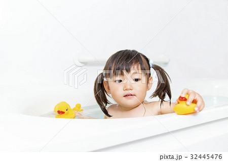 一人でお風呂に入る幼い女の子  32445476