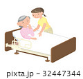 高齢者を自宅介護する女性。 32447344
