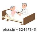 高齢者の自宅介護、診察する医師。 32447345