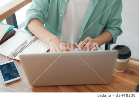 Asian man using laptop in coffee shop 32448309