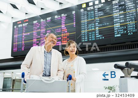 シニアの夫婦(空港) 32453409