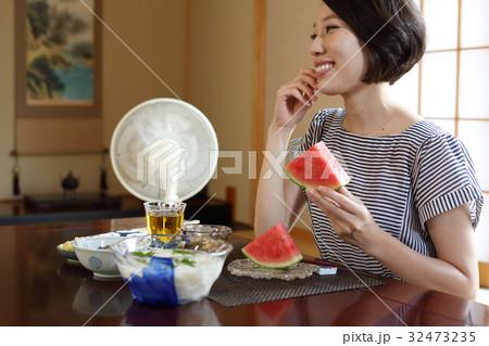 スイカを食べる女性の写真素材 [32473235] - PIXTA