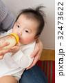 ミルクを飲む赤ちゃん 32473622