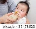 ミルクを飲む赤ちゃん 32473623