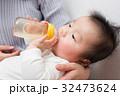 ミルクを飲む赤ちゃん 32473624
