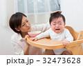 赤ちゃんをあやすママ 32473628