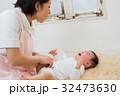 おむつを替える赤ちゃん 32473630