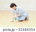 笑顔で床を掃除する女性 32484354