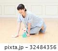笑顔で床を掃除する女性 32484356