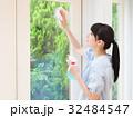 笑顔で窓を掃除する女性 32484547
