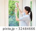 笑顔で窓を掃除する女性 32484666