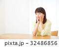 不安そうな女性 心配性 頭痛 頭が痛い ネガティブイメージ 女性 ポートレート 20代 30代 32486856