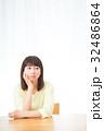 不安そうな女性 心配性 頭痛 頭が痛い ネガティブイメージ 女性 ポートレート 20代 30代 32486864