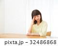 不安そうな女性 心配性 頭痛 頭が痛い ネガティブイメージ 女性 ポートレート 20代 30代 32486868