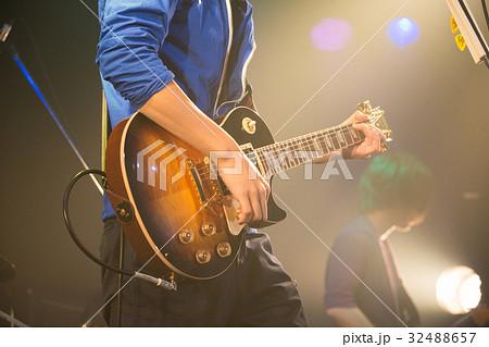 バンドでギターを弾く男性 32488657