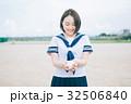 野球ボールを渡す女子高生 32506840