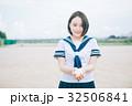 野球ボールを渡す女子高生 32506841