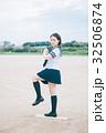 ピッチングマウンドに立つ女子高生 32506874