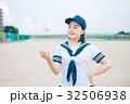 野球ボールとマネージャーの女子高生 32506938