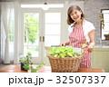 お庭に立つシニア夫婦 32507337