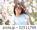 水色ワンピースの女性 桜 32511798