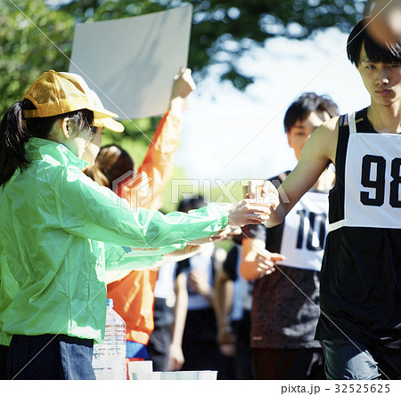 マラソン大会 給水所 32525625