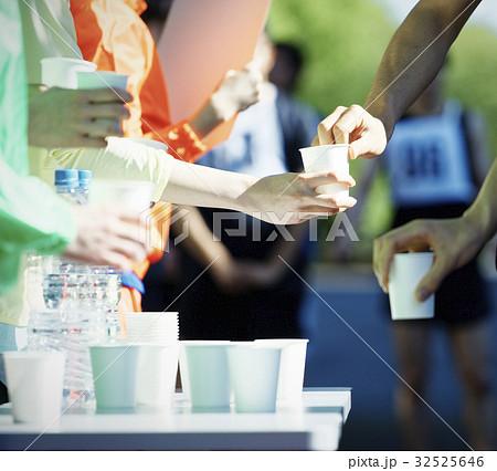 マラソン大会 給水所 32525646