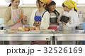 林間学校 料理する小学生 32526169