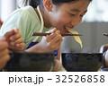 林間学校 食事する小学生 32526858