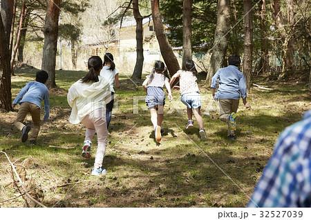 林間学校 遊んでいる小学生の写...