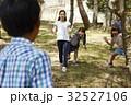 林間学校 部屋で遊ぶ小学生 32527106