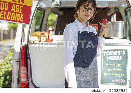 キッチンカーを開業する女性 32527985