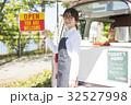 女性 キッチンカー 看板の写真 32527998