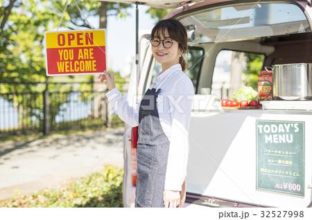 キッチンカーを開業する女性 32527998