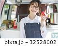 キッチンカーを開業する女性 32528002