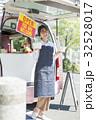 キッチンカー 働く女性 32528017
