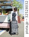 女性 キッチンカー 看板の写真 32528032