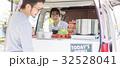 キッチンカー ランチ 接客する女性 32528041
