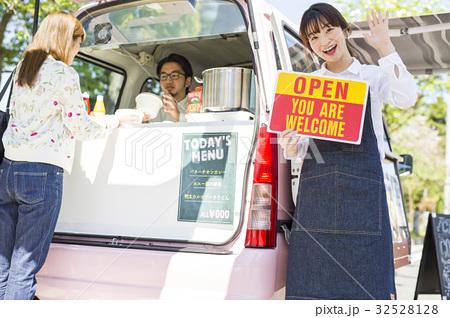 キッチンカー オープン 看板を持つ女性 32528128