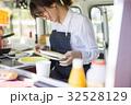 女性 キッチンカー 店員の写真 32528129